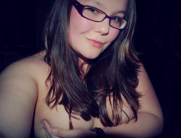Baise une jolie grosse ronde nue dotée de très gros seins