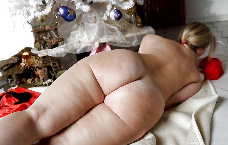 Jolie femme ronde nue sous le sapin