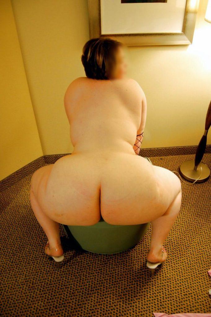 En levrette avec une femme ronde nue